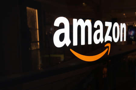 Photo pour SAN FRANCISCO - OCTOBER 11:  Amazon logo on black shiny wall in San Francisco mall in California on October 11, 2015.  Amazon is an American international electronic commerce company. It is the world's largest online retailer. - image libre de droit