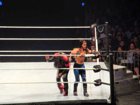 Photo pour Honolulu - September 22, 2019: WWE Wrestler Ali prepares to use the ropes as Shinsuke Nakamura kneels over in ring during match at WWE event at the Neal S. Blaisdell Center, Honolulu. - image libre de droit