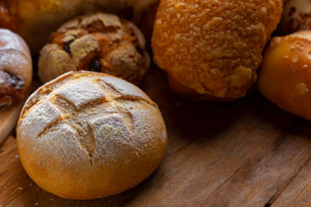 Photo pour table decorated with various artisan breads produced with studio light. - image libre de droit