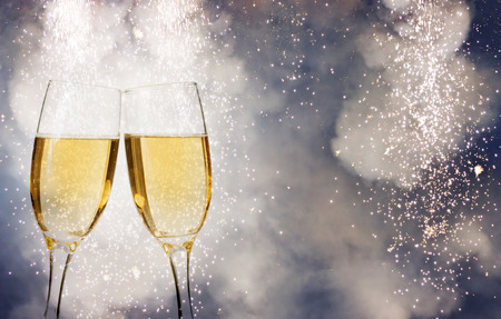 Photo pour Glasses with champagne over fireworks and sparkling holiday background - image libre de droit