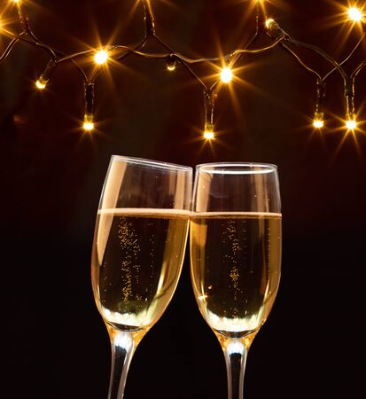 Photo pour Champagne glasses on sparkling holiday background - Celebrating the New Year - image libre de droit