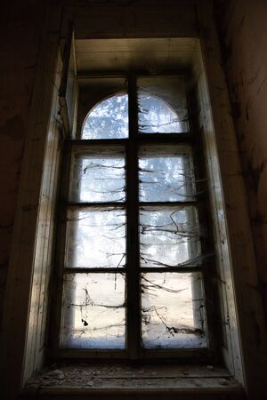Photo pour Old abandoned building with spider web near the window. Concept of horror and Halloween. - image libre de droit