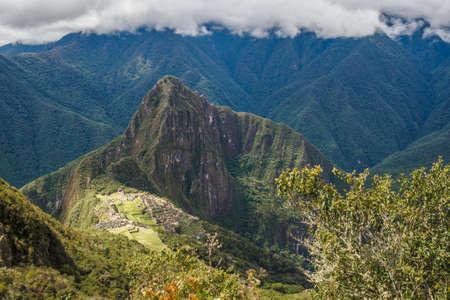 Photo pour The lost Inca city of Machu Picchu in the Andes mountain range, Peru - image libre de droit