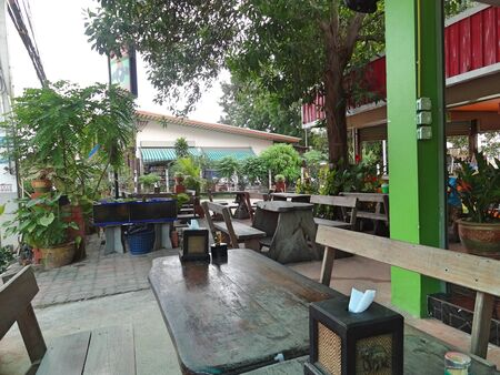Photo pour Authentic cafe on one of the quiet streets of Pattaya. Old wooden furniture, calm and comfort. - image libre de droit