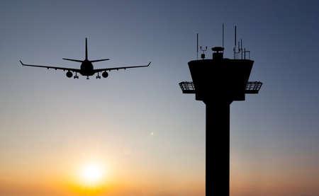 Photo pour sun set plane control tower - image libre de droit