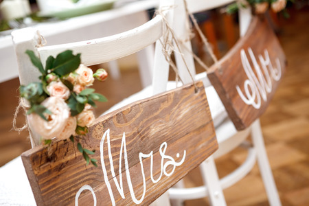 Foto de Mr. & Mrs. Sign on the chair - Imagen libre de derechos