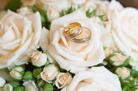 Photo pour Original wedding rings on beautiful white roses wedding bouquet. - image libre de droit