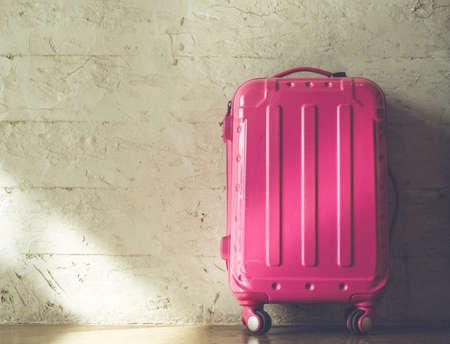 Foto de Pink suitcases on brick wall background - Imagen libre de derechos
