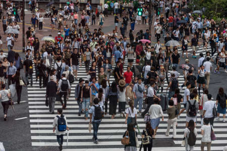 Photo pour Tokyo, Japan - August 30, 2016: Crowd of people walking on Shinjuku pedestrian crossing in Tokyo, Japan - image libre de droit