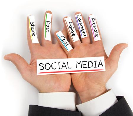 Photo pour Photo of hands holding paper cards with SOCIAL MEDIA concept words - image libre de droit
