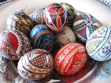 Photo pour Close-up view of a silver bowl with many Romanian decorative eggs - image libre de droit