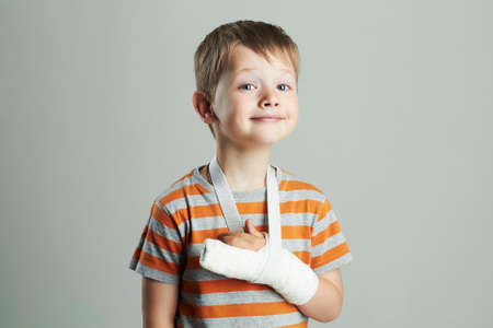 Foto de little boy in a cast.child with a broken arm - Imagen libre de derechos