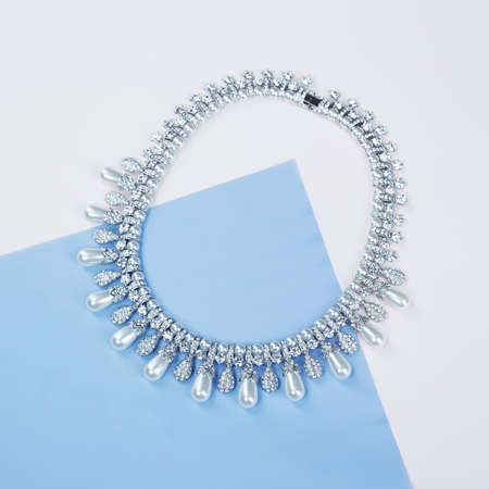 Photo pour Woman's Jewelry. jewelry background. Beautiful necklace on blue paper background. top view - image libre de droit