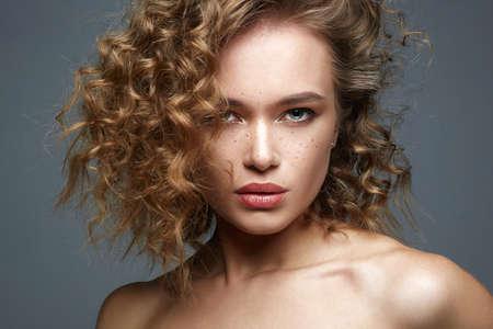 Photo pour Beautiful freckles woman face. amazing curly girl with make-up. beauty fashion portrait. frizzle hair - image libre de droit
