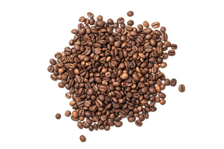 Photo pour Pile of roasted coffee beans isolated on white background - image libre de droit