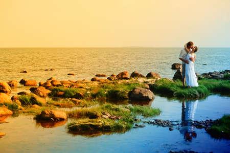 Foto de romantic couple at sea - Imagen libre de derechos