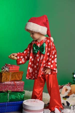 Photo pour little boy and a lot of Christmas gifts - image libre de droit
