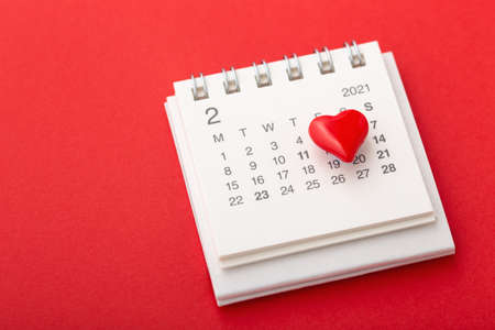Photo pour Valentines day concept with calendar and love heart on red background - image libre de droit