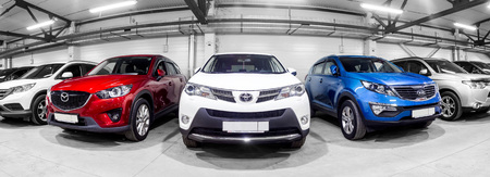 Photo pour Novosibirsk, Russia - February 12, 2017:  in the car showroom are rows of city crossovers for sale: Mitsubishi, KIA, Mazda, Toyota and others - image libre de droit