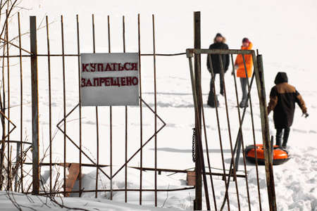 Photo pour Bathing is prohibited. Warning on the river bank in winter in Russia. - image libre de droit
