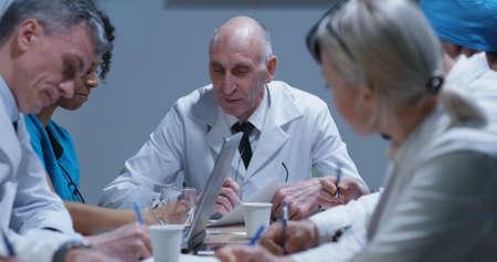 Foto de Medium shot of doctors talking and taking notes during a meeting - Imagen libre de derechos