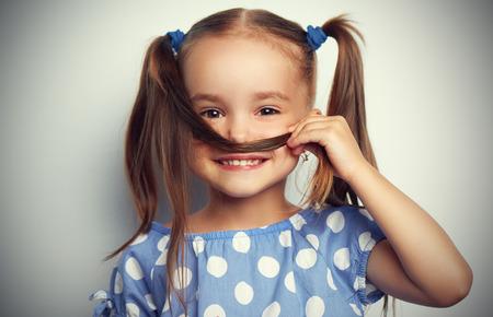 Photo pour happy face funny child girl in a blue dress - image libre de droit