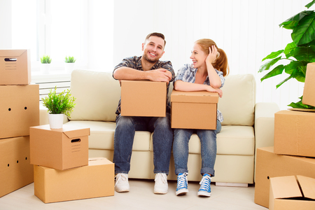Photo pour moving to a new apartment. Happy family couple and a lot of cardboard boxes. - image libre de droit