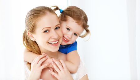 Photo pour Happy loving family. mother and child girl laughing and hugging - image libre de droit