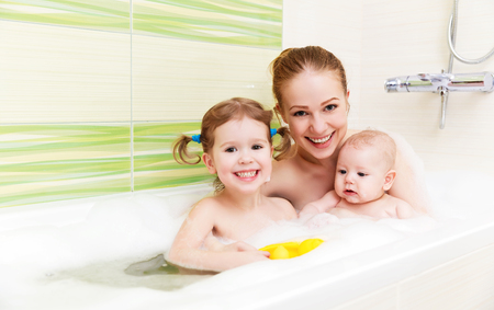Photo pour bathing in a bath with foam mother together children baby - image libre de droit