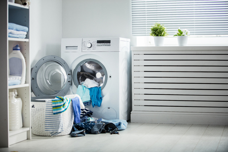 Photo pour laundry. A washing machine and a pile of dirty clothes at home - image libre de droit