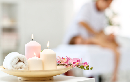 Photo pour Composition of spa candles and white towels - image libre de droit