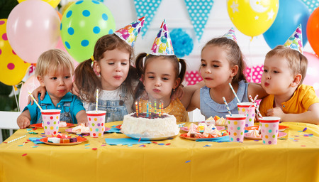 Photo pour children's birthday. happy kids with cake and ballons - image libre de droit