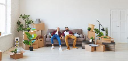 Foto de a happy young married couple moves to new apartment - Imagen libre de derechos