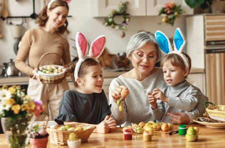 Photo pour Happy easter! family mother, grandmother and children paint eggs for the holiday - image libre de droit