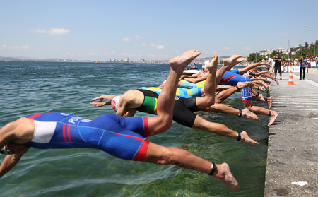 Photo pour ISTANBUL, TURKEY - JULY 30, 2017: Athletes competing in swimming component of Istanbul Beylikduzu ETU Triathlon European Cup. - image libre de droit