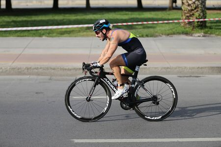 Photo pour ISTANBUL, TURKEY - AUGUST 04, 2019: Undefined athlete competing in cycling component of Istanbul ETU Triathlon Balkan Championships - image libre de droit