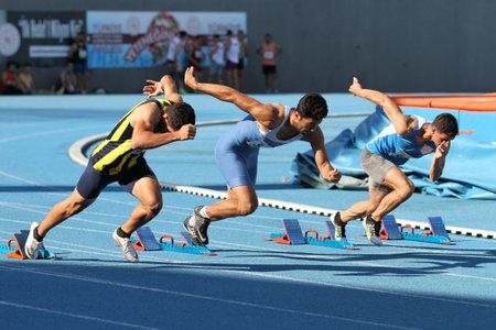 Foto de ISTANBUL, TURKEY - AUGUST 06, 2020: Athletes running during Turkish Athletic Federation Threshold Competitions - Imagen libre de derechos