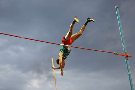 Photo pour ISTANBUL, TURKEY - SEPTEMBER 13, 2020: Undefined athlete pole vaulting during Balkan U20 Athletics Championships - image libre de droit