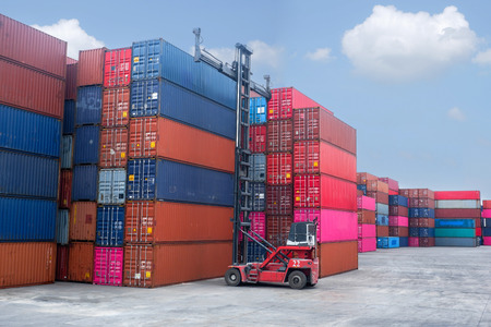 Photo pour Container handlers In the harbor with storage cabinet background, industrial ideas Import and export business - image libre de droit