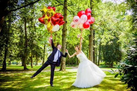 Foto de Bride and groom with balloons - Imagen libre de derechos