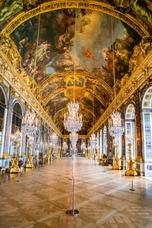 Foto de VERSAILLES, FRANCE - February 14, 2018 :Hall of Mirrors in the palace of Versailles - Imagen libre de derechos