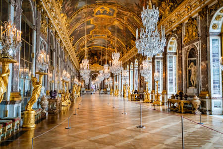 Photo pour VERSAILLES, FRANCE - February 14, 2018 :Hall of Mirrors in the palace of Versailles - image libre de droit