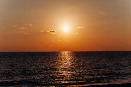 Photo pour Beautiful sunset above the sea. Reflection of sunset in the water. - image libre de droit
