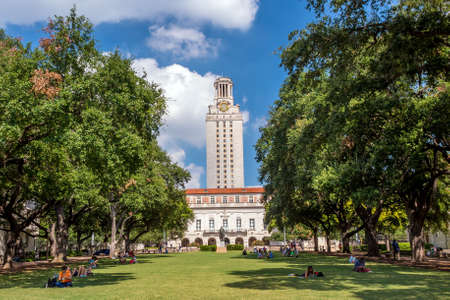 Foto de University of Texas (UT) against blue sky in Austin, Texas - Imagen libre de derechos