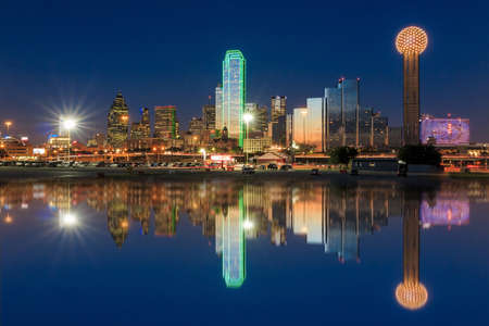 Photo pour Dallas skyline reflected in Trinity River at sunset, Texas - image libre de droit