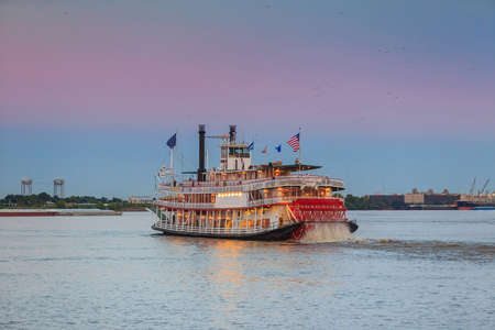 Photo pour New Orleans paddle steamer in Mississippi river in New Orleans,   Louisiana - image libre de droit