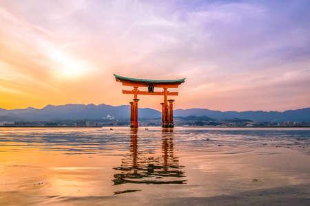 Photo pour Miyajima, The famous Floating Torii gate in Japan. - image libre de droit