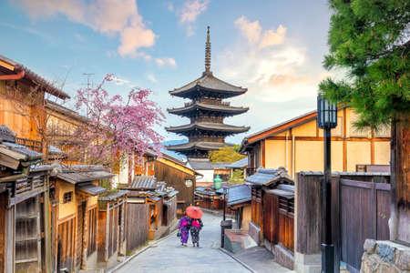 Foto de Old town Kyoto during sakura season in Japan. - Imagen libre de derechos