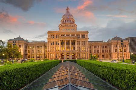 Photo pour Texas State Capitol Building in Austin, TX. at twilight - image libre de droit