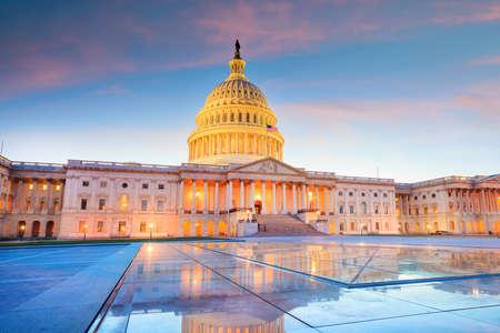 Foto de The United States Capitol building with the dome lit up at night. - Imagen libre de derechos